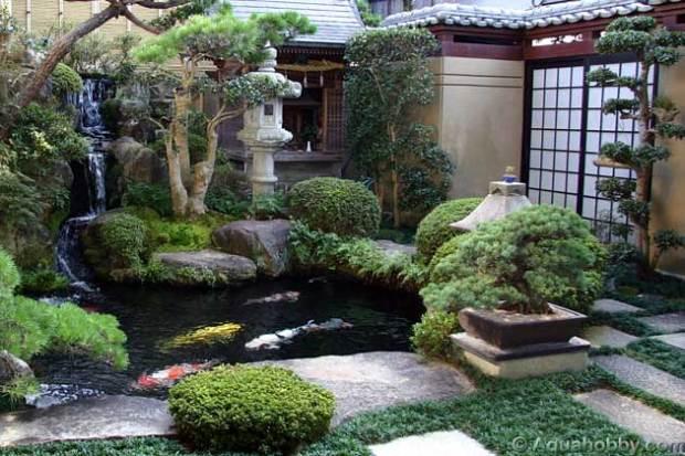 Kolam ikan koi adalah satu komponen penting Taman Jepun